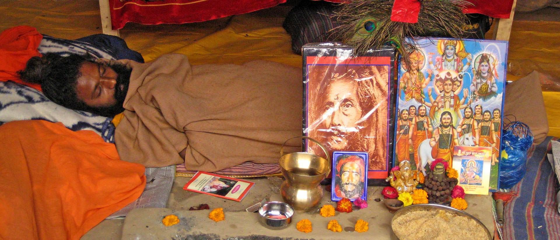 רגע של מנוחה בפסטיבל הקומבה מלה, הודו